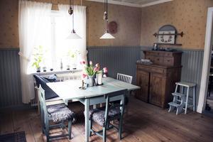 Björn och Erika har lagt ned mycket tid och möda på att återskapa ett lantligt funkiskök. I köket har de såpskurade golv.