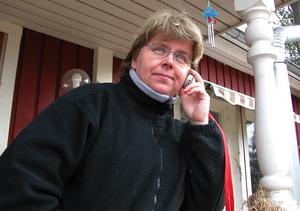 Hallå, hallå! Brokvisten eller tryckt mot köksfönstret. Ska du prata i mobiltelefonen hemma hos familjen Magnusson i Rälta är det de två alternativen som gäller.