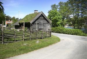 """Torpet Sand, """"Luddes stuga"""", är ett spår från tiden kring rysshärjningarna. Det är Nynäshamns äldsta bostadshus och ryssarna brände ner det ursprungliga torpet 1719. Samma år byggdes den här stugan upp."""