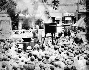 På årsdagen för branden 1969 uppmärksammades den med klockringning och att en stor limpanna tändes på Stortorget. Kommunalrådet Stig Nyqvist satte fyr på pannan klockan 12.08, men redan på eftermiddagen slocknade den. Det fick många gävlebor att larma brandkåren, eftersom det var sagt att den skulle hållas vid liv i en veckas tid. Foto: Arkiv.