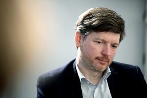 Centerpartiets arbetsmarknadspolitiske talesperson, Martin Ådahl, pekar ut de redan ansträngda kommunerna som