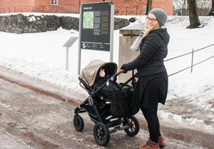 Katja njuter av att vara mammaledig. Sonen Ivar trivs när han får åka i vagnen utomhus.