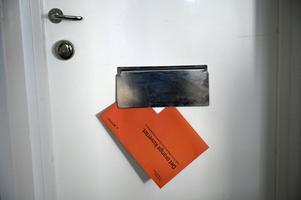 Orangea kuvertet från pensionsmyndigheten kommer inte med glada överraskningar, enligt insändarskribenten. Foto: Janerik Henriksson.