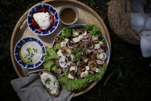 En picknickbricka funkar lika fint att ätas på tomten, vid havet eller i skogsgläntan.
