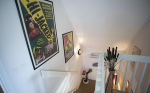 Några gamla filmaffischer får pryda väggarna i trappan.