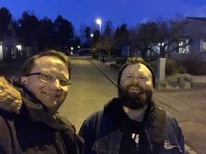 En oväntad duo. Lars Beckman och den här ledarsidans vikarierande politiska redaktör, Simon Ridell. Foto: Lars Beckman