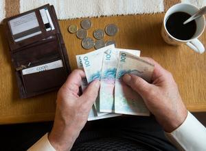Det blir mer pengar i plånboken efter årsskiftet för de flesta pensionärer. Skatten sänks och bostadstillägget höjs. Foto: Fredrik Sandberg/TT