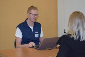Erik Nilsson kör speed dating med potentiella medarbetare.