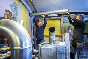 Daniel och Anders Nilsson är i färd med att sätta in ett nytt ventilationssystem i den gamla pizzerian.