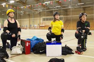 Sandra Laurila, Gabriella Frisk och Mia Björk är nya inom roller derby och det här är deras andra träning.