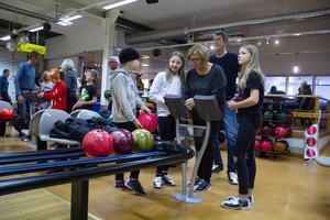 Eddie Stake, 9 och Meja Stake 12 har som tradition att spela bowling med farmor Ninni Stake och farfar Greger Stake på höstlovet. Den här gången följde också Mejas kompis Ellie Lindberg, 11, med.