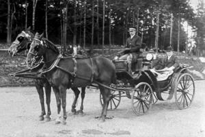 1912. Professor Hjalmar Sjögren och några herrar fotograferade i en öppen vagn. Bilden är tagen ungefär vid nuvarande Destination Gotlands kajläge. Bild: Nynäshamns bildarkiv