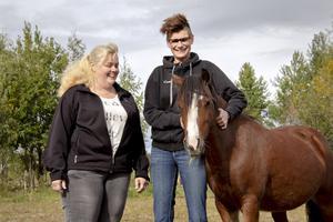 Ryttarföreningens ordförande Sarah Andersson och ridskolechefen Carina Stridh slipper fatta beslut om att sälja hästar.