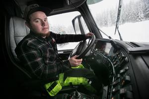 Linus Persson gör sin första vinter som snöröjare och stortrivs med sitt jobb.