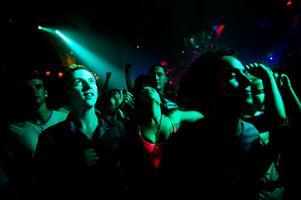 En fullpackad nattklubb. Bilden är en genrebild.