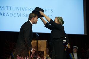 Mathias Fredriksson mottar sin hedersdoktorshatt. Foto: Olle Melkerhed