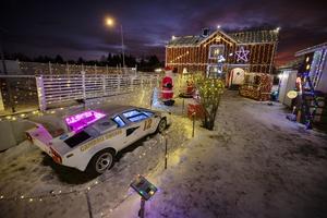Efter att ha haft en bubbla ståendes som juldekoration i flera svängar byter de i år till en Lamborghini.