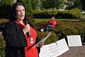 Belinda Mattsson, arbetsmiljöansvarig på Kommunal Borlänge, bjöd på många hårda ord i sitt tal.