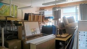 En del av klassrummet. Hit bars allt. Skickligt staplat i alla fall! Men sen ska ju allting tillbaka på den plats det var innan renoveringen!!!
