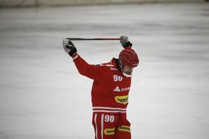 Tomas Knutson gjorde 44 mål på 15 matcher i division 1 i vinter, men de två första kvalmatcherna har den förre elitseriestjärnan fått lämna mållös. Tur då för Nora att andra spelare klivit fram.