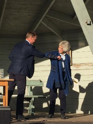 """Här tackar Kristoffer Olerås en av de nya hedersmedlemmarna, Anita Roslund med ett coronainspirerat """"armbågstack"""". Till hedersmedlemmar nominerades också Bengt Fredriksson och Per-Åke Roslund. Foto: läsarbild"""