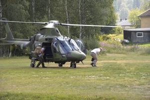 Försvarsminister Peter Hultqvist lämnar helikoptern efter en inspektionsrunda med ÖB Micael Byrén.
