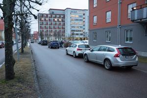 Här på denna del av Skolgatan är det snart slutparkerat. Snöröjningen försvåras av att bilar är parkerade här, menar kommunen.