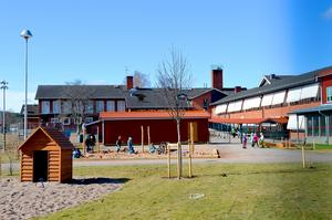 Nya Skedvi skola kommer att invigas i höst. Förskolebarn kommer att kunna vara där i sommar. Däremot flyttas fritis till Säter under lovet.