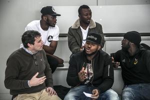 Daniel Kindberg och spelaren Michael Omoh diskuterar under ett kulturträningspass i februari 2017.