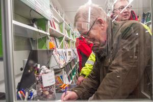 Leif Bylars assisterade besökare som miljötävlade i mobila biblioteket.