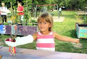 Fyraåriga Råbybon Matilda Andersson visar dockan hon har gjort på nya Konsthall Ur och Skur.