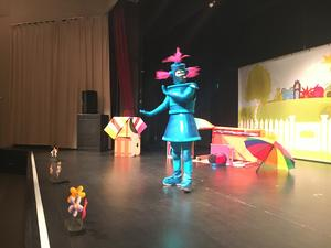 Robotflickan Klonk (Emma Rickfjord) vill att barnen ska gå och lägga sig. Ur föreställningen med Babblarna.
