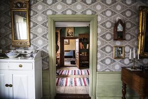 Möblerna som finns i huset är donerat från bland annat Ingeborg och Stina Persson från Bergmanssläkten i Nybo, Anna och Olof Mickelsson från Ol-Mårts i Vik och Anna Jonsson från Klockars i Förnebo.