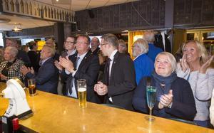 När KD:s och Centerns siffror visades på TV-skärmen applåderades det på Gävlemoderaternas valvaka. Närmast kameran står Marja-Lisa Andersson och Birgitta Bjerkén, i mitten Lars Beckman med Patrik Stenvard och Måns Montell.