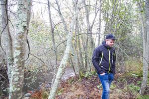 Johannes Jonasson uppskattar miljön där han bor invid Gnarpsån, och funderar på vad en dammutrivning kommer att innebära för honom.