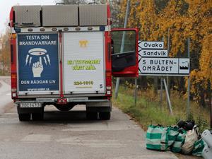 Brandbilen kunde inte köra ner till brandhärden vid Kolbäcksån utan fick parkeras på Hans von Kantzows väg och brandslangarna drogs därifrån.