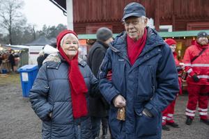 Mona och Anders Hemborg går alltid på julmarknaden. Anders har själv jobbat med ryggrehabilitering på bruket och deras dotter med man driver Taste of Africa, som säljer här varje år.