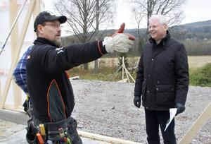 Kent Rindemark, snickare, diskuterar med Bror Holm, kyrkoherde. Nybygget är första etappen i det som på sikt ska bli ett pilgrimscentrum i Selånger. Planen är att det ska stå klart senast 2021.