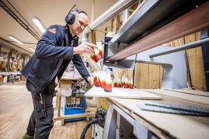 Mattias Wikner är vd på Wikners i Persåsen och berättar att företaget funderar på att rationalisera tillverkningen när det gäller vissa av de i dag hantverksmässigt tillverkade produkterna.