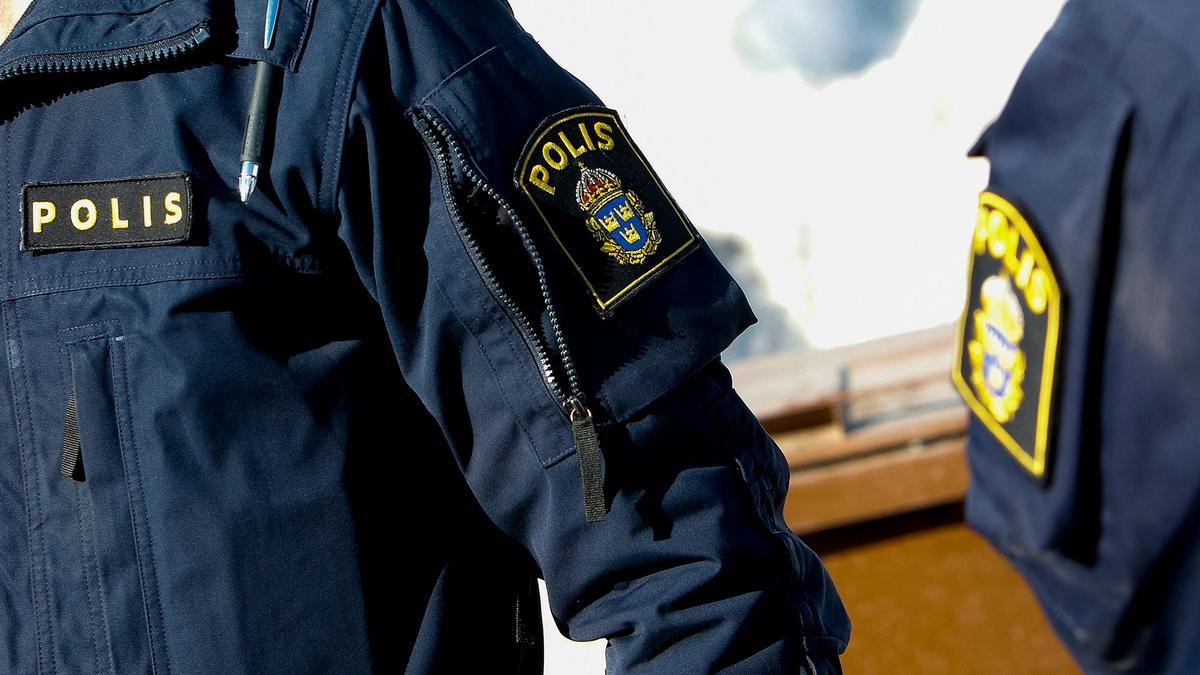 Kvinna i centrala Skinnskatteberg sker tv assistenter