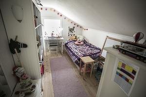 Alla barnen har lika stora rum. I det här rummet bor ett av de mindre barnen.