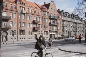 Bild 6: 1973. Ledtråd: Gatan som cyklisten åker in på är numera avstängd för motortrafik. I övrigt är det sig likt. Fotograf: Okänd (Bildkälla: Örebro stadsarkiv)
