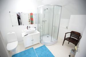 Badrummen delas av gästerna från två rum.