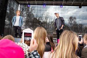 Många telefoner vid scenkanten när Hampus Hedström och Manfred Erlandsson lät publiken ställa frågor.