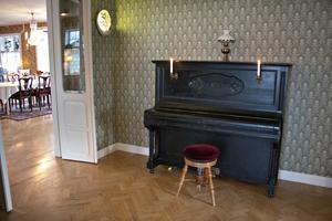 Pianot och lampetterna i salongen fanns här redan på värdshusets tid. Pianot används fortfarande flitigt av Mias dotter Ebba. Bohemian Rhapsody är en favorit.