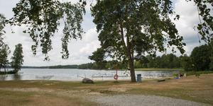 Tanken är att förlänga Hökmossbadets strand västerut, till höger på bilden.