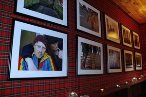 Anders Forsell är fotograf och visar upp sina bilder i baren.