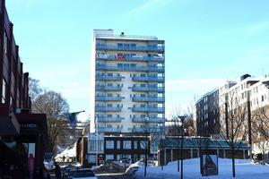 Tolv våningar högt är bostadsrättsföreningen Stenhammarens hus som byggs ovanför Bergsgatan. Nio av våningarna är lägenheter. Byggherre är SP Fastigheter.