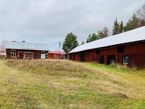 En jordbruksfastighet i Insjön, Leksands kommun, med en huvudbyggnad som beskrivs som ett renoveringsobjekt. Foto: Ammi Troive /Svensk Fastighetsförmedling