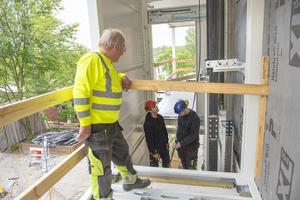 Hiss- och balkongsystemet har arbetas fram i samarbete med Kungliga tekniska högskolan och är unikt i sitt slag.  Arne Högmark, Arbrå Hissystem pratar med byggarbetarna Roger Persson och Anton Johansson på Jasab byggföretag.